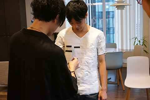 突然、小林さんが黒マステを白Tに貼り始めた。