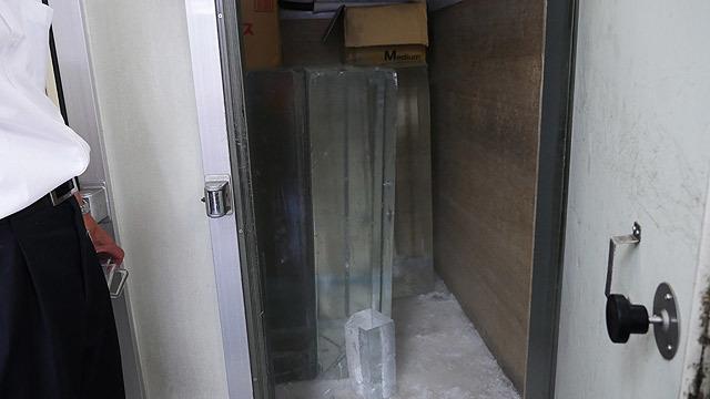 氷屋さんには大きいな氷があった!