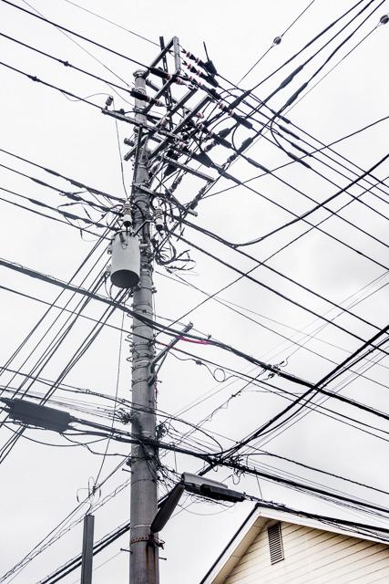 こういう「電線交差点」もいいですよね。四方向に伸びていくさまが。