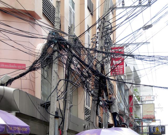 海外行くとすごい電線とか撮っちゃいますよね。これはバンコク。すごいことになっとるな。