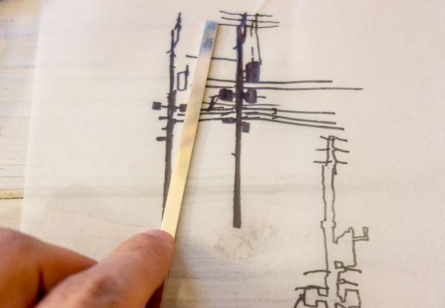 あらためてペンでシルエットをどこまで簡略化できるか描いてみて、銀の板を切り出す。