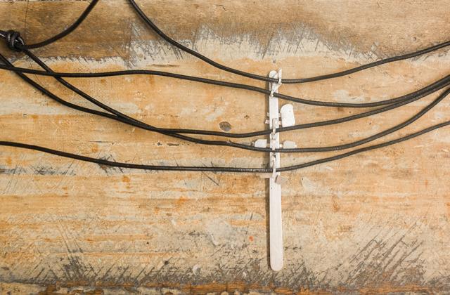 ちゃんと電線の数の分の皮ひも(電線風に黒)を通してみたが、なんだかぜんぜんだめだ。