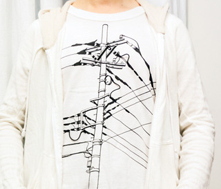 お気に入りの電柱Tシャツ。やはりこれぐらい忠実に描かなくてはダメなのかな。悩ましい。