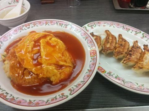 天津飯と餃子。頼んだ後から「あ、甘酢あんが苦手なんだった…」と思い出した。
