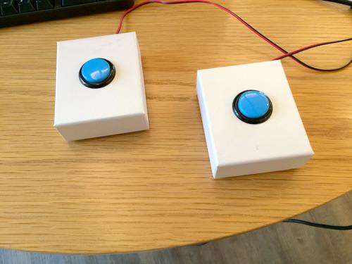 青いボタンのついた箱