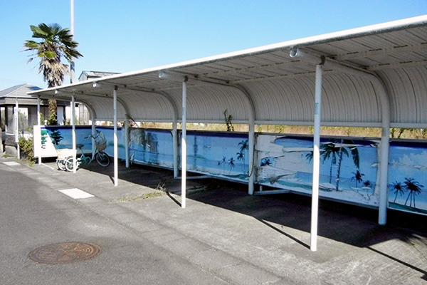 バス停横の自転車置き場もハワイっぽい……か?