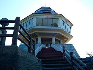 この高台にあるのが風土記館