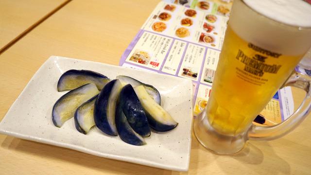 2杯目のおともにえっ? と思う高級さだった 大阪産水なすの浅漬け599円をいったった。ああこれ親戚の家で食べさせてもらうやつだ。なすがたたって合計2000円ちょいになってしもうた