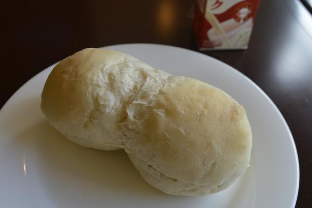 一見かわいらしいひょうたんフォルムの白いパンですが……