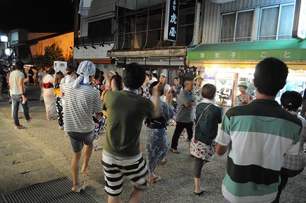 写真右の「洋菓子ことぶき」で仲良くなった。夜になるとビールを売っていた。もちろん洋菓子も。