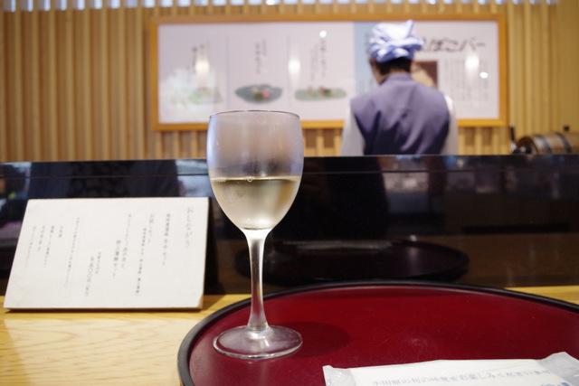 飲み物は白ワインで(ちなみに奥に見えるのが「かまぼこソムリエ」)