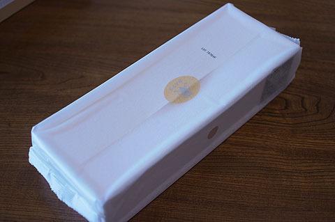 箱の中には包み。その下にまた箱。