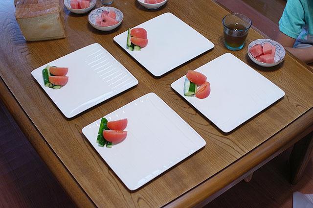 期待感を高める四角い皿。隅の方に盛られた野菜。この後、中央にはどんなスペシャルな料理が来るんだ?肉か?魚か?とワクワクしていると…