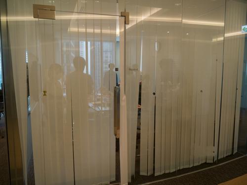 後で確認すると、隣の部屋では全員スーツのまじめな商談が行われていた。