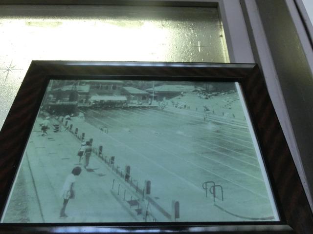 こちらが入ってすぐに掲げられている元町公園プールを写した古写真