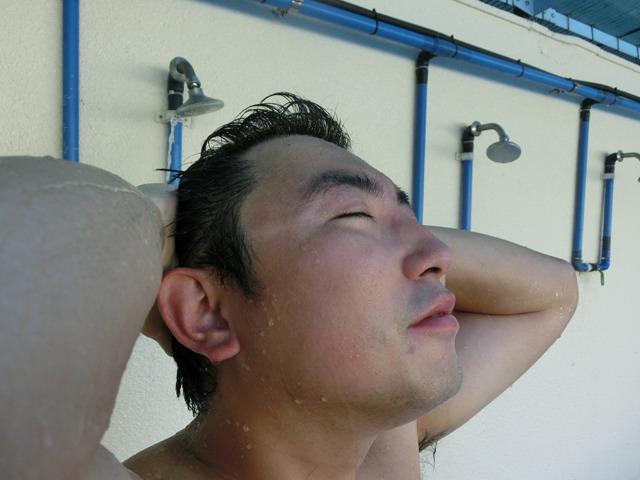仕事前にプールでひと泳ぎ。エグゼクティブな吉田(お疲れ様でした!)