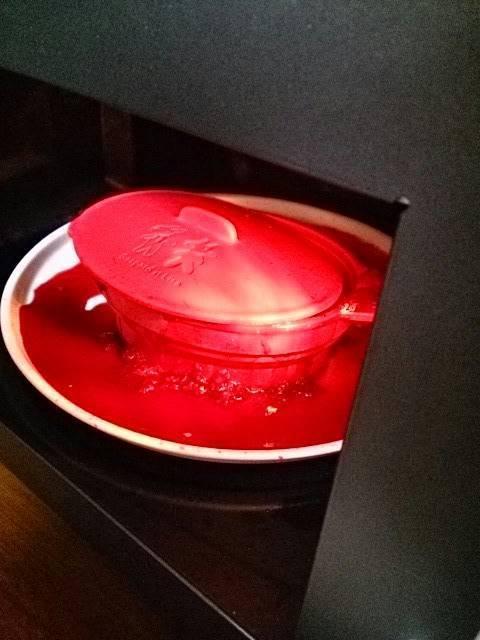 冷凍ベリーをシリコンスチーマで温めて膨張爆発→このあと空気穴付きプラスチック蓋で温めても爆発しました。(なつきち山本 さん)