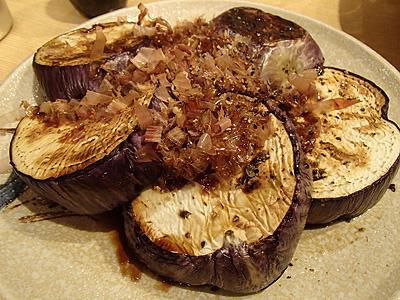 焼きゼブラナスの鰹節醤油がけ。フライパンで焼いたゼブラナスに鰹節と醤油と黒胡椒をかけただけ。