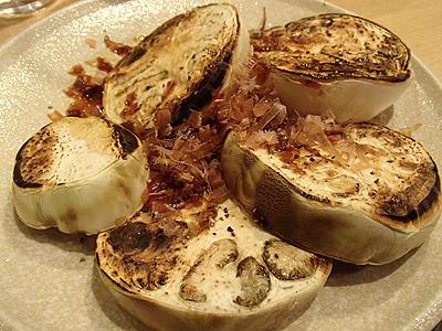 焼き白ナスの鰹節醤油がけ。調理法はゼブラナスと同じ。