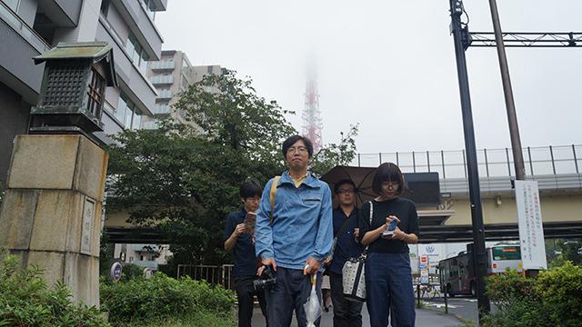 東京タワー近くに集められた三人のプロと。さあ出発だ!