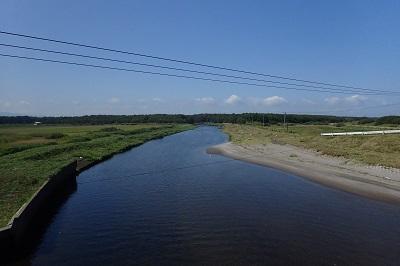 アキアジ(シロザケ)釣り解禁日の止別川河口へ。川面を覗いてみると…