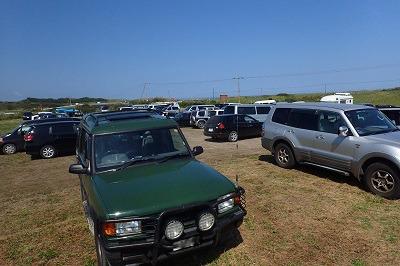臨時駐車場には車がみっちり!実際はこの写真に写っている数の倍以上の車が停まっている。