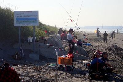 だが、さらにその背後には同じくらいの人数が休憩中。魚が釣れ始めると彼らも一斉に戦線へ加わるのだとか。いや、無理だろ。