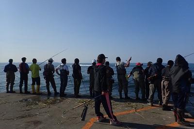 サケが集中する河口の両脇に設けられた堤防上は一番の人気ポイントで、釣り人が数十センチ間隔で並ぶ。いや、無理だろ。