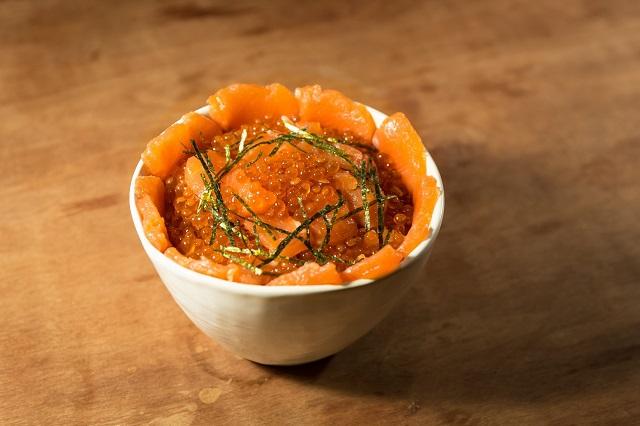 カラフトマスの親子丼。味はお察しの通り絶品です。うらやましいだろ~!