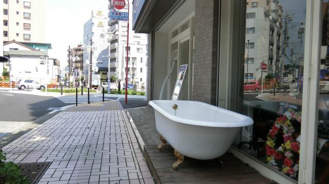 道路沿いにバスタブがあった。本当の露天風呂。