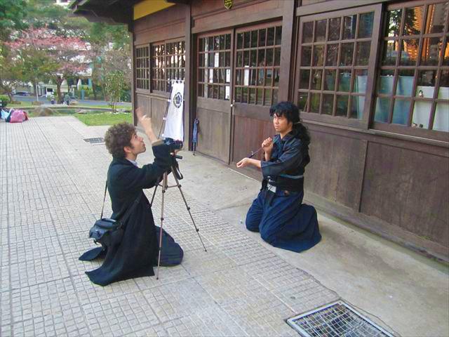 日本庭園で日本史を紹介する映像を撮影する、フェルナンド君と友人。