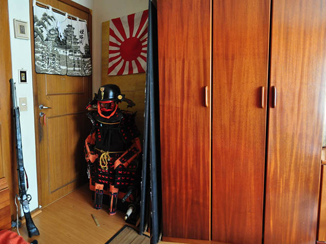 ブラジルのフェルナンド君の部屋その1、左端にこれまた自作の火縄銃。