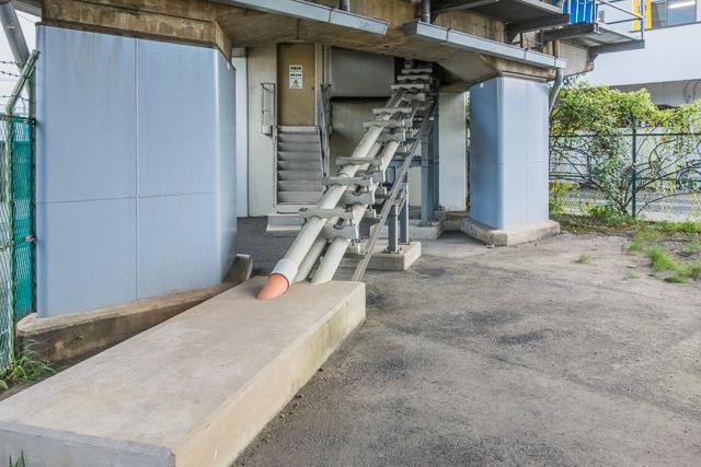 覗いてみると、地下からダイナミックに伸びるものが。小学生の時、同じように金網越しにのぞき込んだことがあることを思い出した。その向こうに見える階段の上の扉の中が変電設備のようだ。ちなみに同書には「ここは標高低くて、水没したらたいへんなので1.5m高くした」という意味のことが書いてあった。たいへんだなあ。