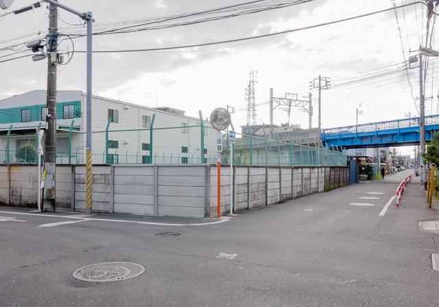 そして本にある、高架脇の東京電力から電気もらうための施設の位置は、この塀で囲まれた敷地のこと。そうそう! 言われてみれば! ここ!
