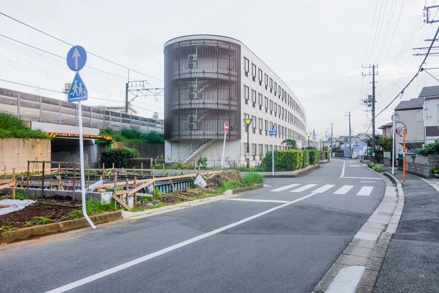 この道路が円形道路。左に見えるのが武蔵野線(北から南方向を見ています)。