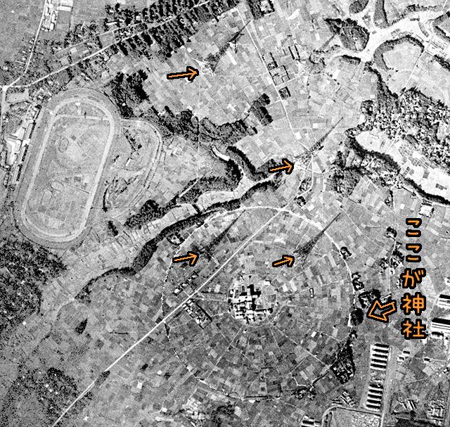 戦中の写真。この時点ですでに神社が存在感を放っている。(国土地理院「地図・空中写真閲覧サービス」より・整理番号・8912/コース番号・C1/写真番号・122/撮影年月日・1944/10/22(昭19)をトリミング・加筆)