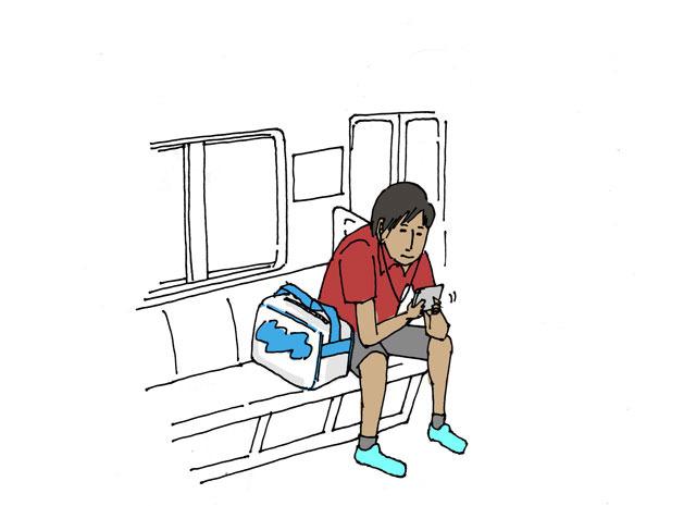 きれいに日焼けをしており、赤いポロシャツを着て携帯ゲームをしていた。単独行動が多いという陸上部か?