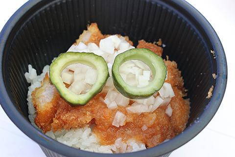 キュウリのピクルスで眼鏡を表現している塩かつ丼。あっさりしてて美味かった。