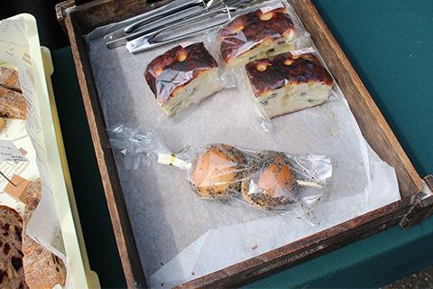 芋あんと栗あんのパンを串で刺しためがねあんパン。パン生地がしっかりしてて美味い。