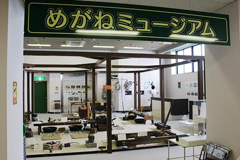 古い眼鏡生産機械を展示。こんなので作ってたのか。