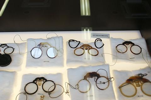 江戸時代の眼鏡もいろいろ。これは当時の芸能人がかけてたやつ、ではない。