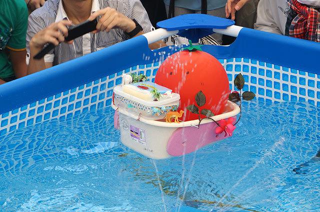 水中モーターの代わりに、風船の空気を噴射して進んでいるから(クイーントマトマン1号(ホイコーロー))