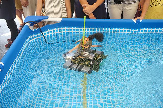 水中モーターを使っているけど、上で人形が高速回転しているから(水ポールダンスロボ(アニポールきょうこ))