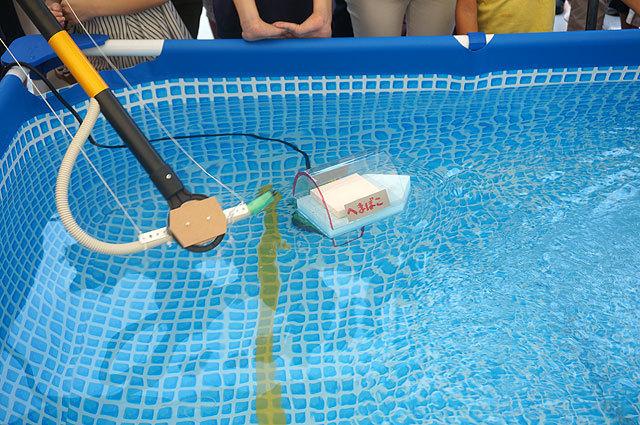 水中モーターの代わりに、足踏みポンプで空気を送って進めているから(へまぼこ(アバ))