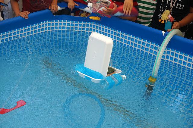 水中モーターの代わりに、帆をうちわで扇いで進めているから(名称不明(うちだじゅり))