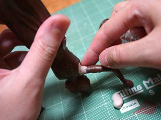 木工用パテで埋めながら手の角度や付く位置を変える。