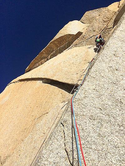 これは高さ200mの壁を登っているところ。ロープの長さは60mくらいなので適当な長さで区切って登る(『ピッチを切る』と言います)。