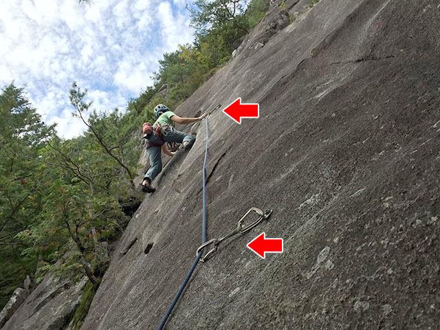 ヌンチャクをハンガーに掛けてそこにロープを通す。今はロープを掛けたヌンチャクのすぐ下にいるので落ちても大丈夫。登っているのはクライミング友達のY先輩。