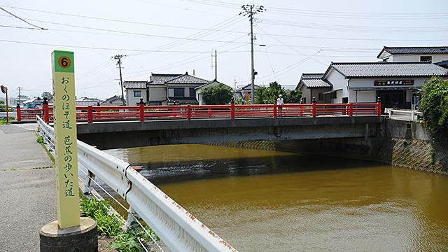 芭蕉がここで舟に乗ったという欄干橋。