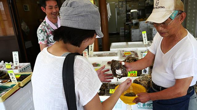岩牡蠣は単純に大きさで値段が変わる。せっかくなので一番大きいのにした。